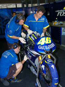 Gauloises Yamaha crew members at work