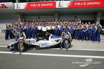 BAR-Honda photoshoot: Jenson Button, Takuma Sato and Anthony Davidson pose with BAR-Honda team members