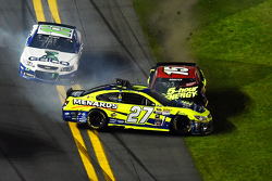 Paul Menard, Richard Childress Racing Chevrolet and Clint Bowyer, Michael Waltrip Racing Toyota crash