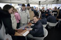Volkswagen Motorsport departure in Wolfsburg: Mark Miller signs autographs
