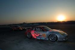 Sunset racing for #45 Flying Lizard Motorsports Porsche 911 GT3 RSR: Johannes van Overbeek, Jon Fogarty, Marc Lieb