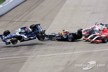 Crash at first corner: Mark Webber, Christian Klien, Franck Montagny and Christijan Albers