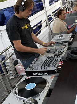 Red Bull chilled Thursday: the disc jockey at the turntables