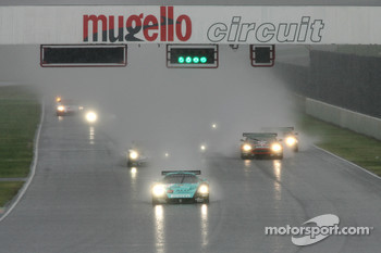 Start: #1 Vitaphone Racing Team Maserati MC 12 GT1: Michael Bartels, Andrea Bertolini takes the lead