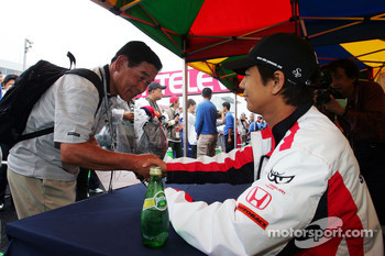Sakon Yamamoto signs autographs for the fans