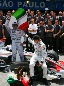 McLaren Mercedes team photo: Ron Dennis gives Kimi Raikkonen a leaving present