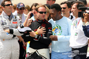 Ceremony for Michael Schumacher's retirement on the starting grid: Pedro de la Rosa, Rubens Barrichello and Pelé
