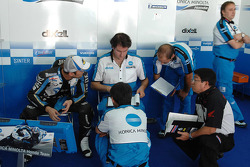 Makoto Tamada talks with Konica Minolta Honda team members
