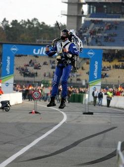 A rocketman lands on the pitlane