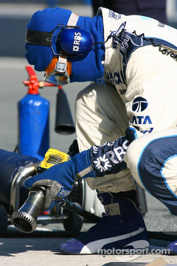 Williams F1 team member prepares pitstop practice