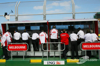 Super Aguri F1 Team, Pit Gantry
