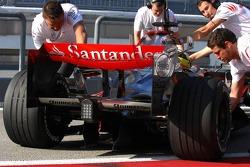 Pedro de la Rosa, Test Driver, McLaren Mercedes, Pitlane, Box, Garage