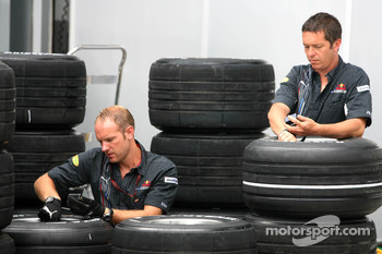 Red Bull Racing, prepare their tyres