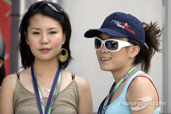 Formula Unas girls: Vaune Phau and Sally Wong