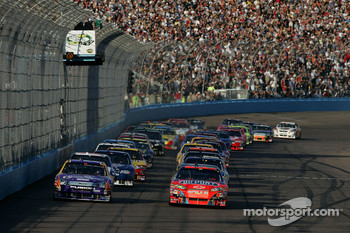 Start: Jeff Gordon leads the field