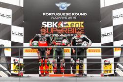Course 2 : Le deuxième Davide Giugliano, Ducati Superbike Team, le vainqueur Jonathan Rea, Kawasaki Racing Team, et le troisième Leon Haslam, Red Devils Roma