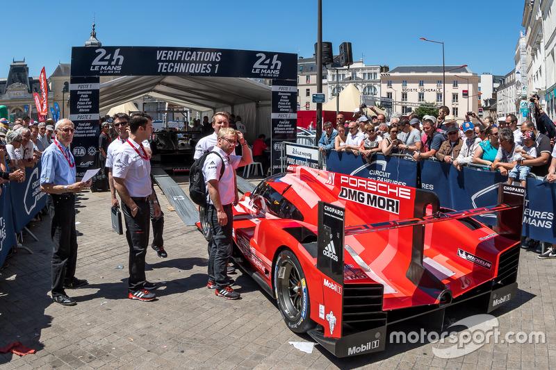 #17 Porsche Team Porsche 919 Hybrid komt binnen bij scrutineering