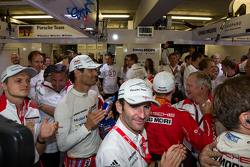 Porsche Team comemora a vitória na garagem