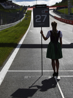 Grid girl for Luca Ghiotto, Trident