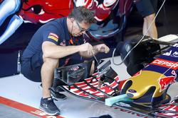 Scuderia Toro Rosso monteur met voorvleugel