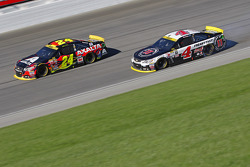 Jeff Gordon, Hendrick Motorsports Chevrolet and Kevin Harvick, Stewart-Haas Racing Chevrolet