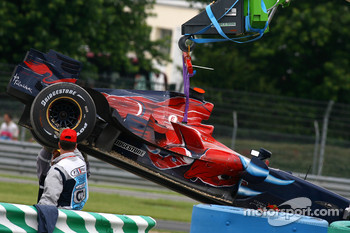 The car of Vitantonio Liuzzi, Scuderia Toro Rosso, is lifted away after crashing aat the start