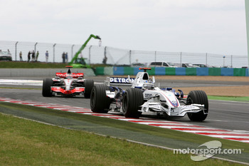 Nick Heidfeld, BMW Sauber F1 Team, leads Fernando Alonso, McLaren Mercedes