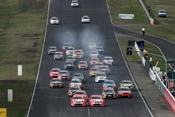 Race start: Mark Skaife (Holden Racing Team Commodore VE), Todd Kelly (Holden Racing Team Commodore VE)