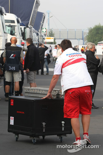 Toyota F1 Team, personnel pushing a Honda branded box