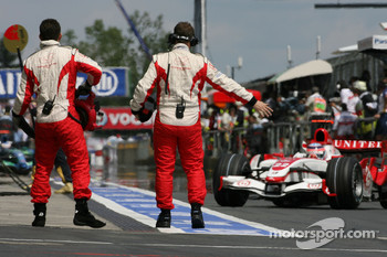 Takuma Sato, Super Aguri F1, SA07, returns to the pitlane