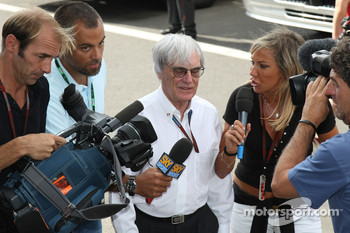Bernie Ecclestone with the media in the paddock