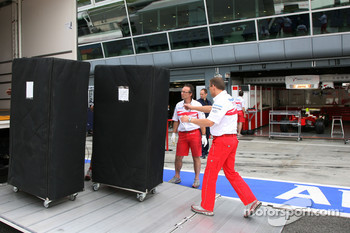 Toyota F1 Team, unload trucks