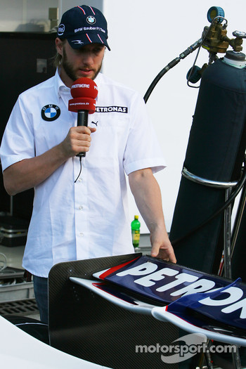 Nick Heidfeld, BMW Sauber F1 Team shows TV the BMW-Sauber F1.07