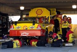 Kevin Harvick's crew makes adjustments to the #29 Shell/Pennzoil Chevy