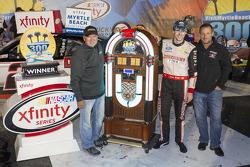 Ganador de la carrera Ryan Blaney, Team Penske Ford con Geoff Bodine