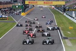 Lewis Hamilton, Mercedes AMG F1 W06 lidera la carrera al inicio