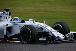 Felipe Massa, Williams FW37 with a puncture at the start of the race