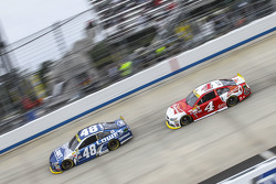 Jimmie Johnson, Hendrick Motorsports Chevrolet and Kevin Harvick, Stewart-Haas Racing Chevrolet