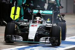 Lewis Hamilton, Mercedes AMG F1 W06 makes a pit stop