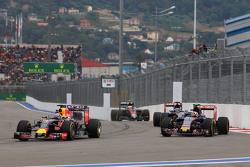 Daniel Ricciardo, Red Bull Racing RB11 y Carlos Sainz Jr., Scuderia Toro Rosso STR10 pelean por la posición