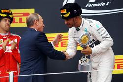 Ganador de la carrera Lewis Hamilton, Mercedes AMG F1 celebra en el podio con el Presidente de Rusia Vladimir Putin