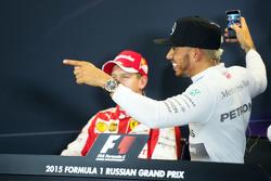 Sebastian Vettel, Ferrari y Lewis Hamilton, Mercedes AMG F1 en la conferencia de prensa de la FIA