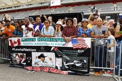 Lewis Hamilton, Mercedes AMG F1, Fans mit Postern