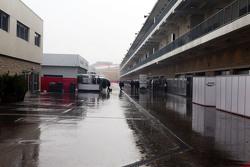 Un paddock húmedo y lluvioso