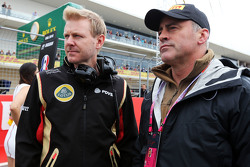 (L to R): Andy Stobart, Lotus F1 Team Press Officer with Matt LeBlanc, actor on the grid