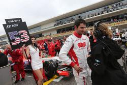 Alexander Rossi, Manor Marussia F1 Team met Jennie Gow, BBC Radio 5 Live Pitlane Reporter op de grid