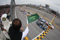 Start: Jeff Gordon and Kasey Kahne, Henrick Motorsports Chevrolets lead