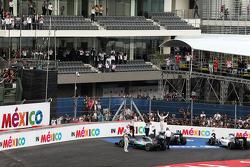Winnaar Nico Rosberg, Mercedes AMG F1 W06 en tweede Lewis Hamilton, Mercedes AMG F1 W06 in parc ferme