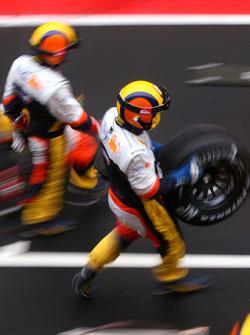 Renault F1 Team mechanics practice pitstop