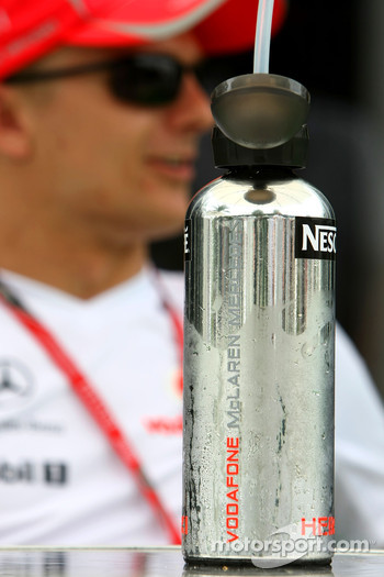 Heikki Kovalainen, McLaren Mercedes, drinks bottle